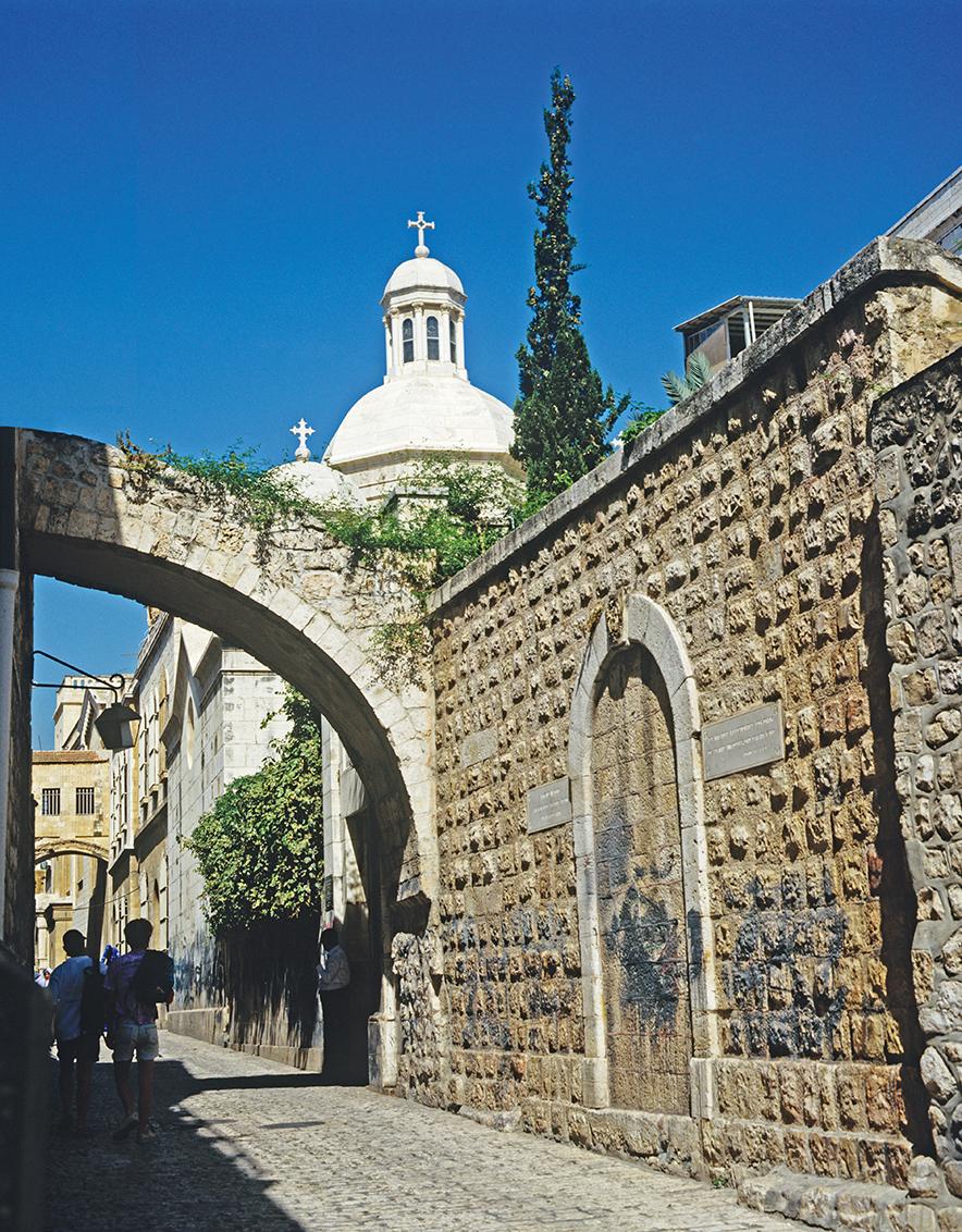 Via Dolorosa, rua da cidade velha que percorre a parte ocidental de Jerusalém.