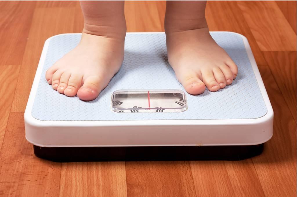 pés-de-criança-se-pesando-na-balança