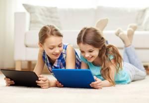 Meninas na sala mexendo em tablet