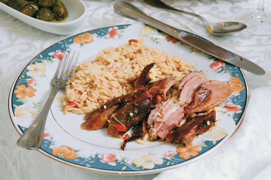 Pernil de carneiro ao forno com macarrão arrozinho (Youvetsi)
