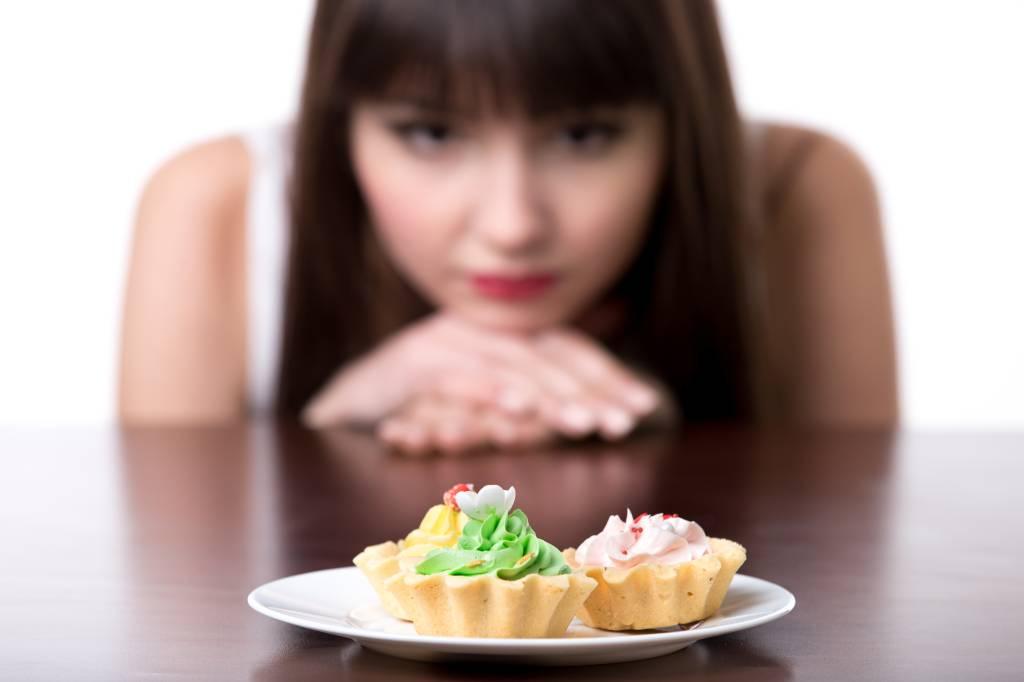 moça-sem-poder-comer-tortinhas-no-prato