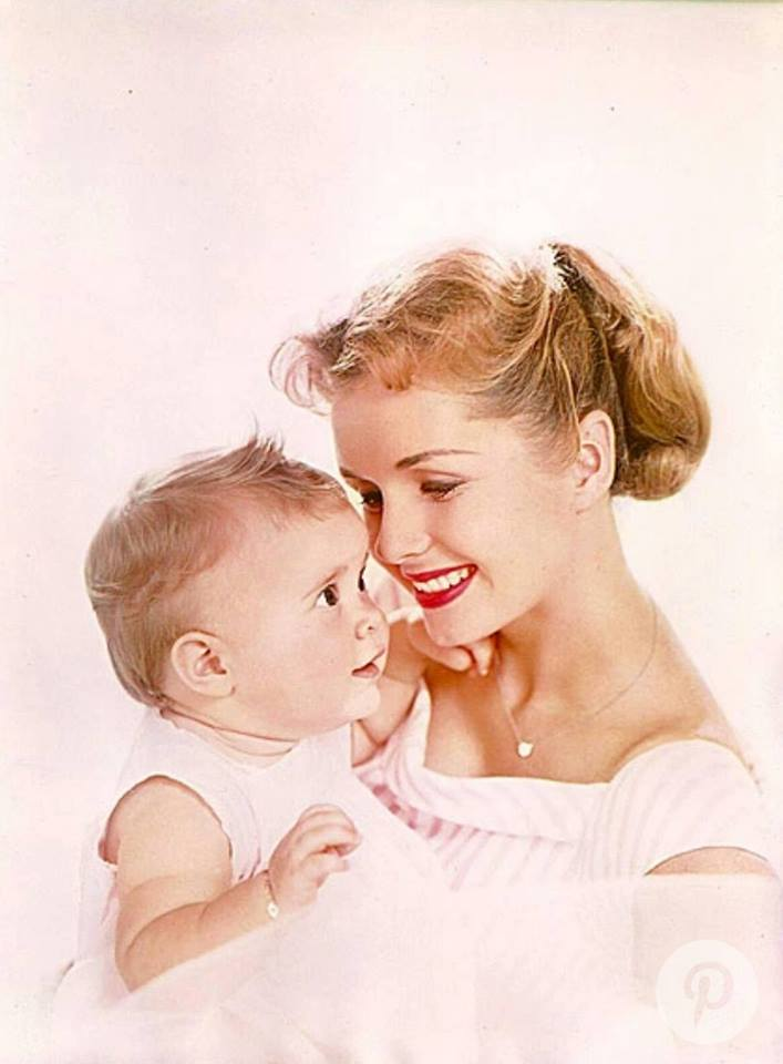 Carrie Fisher pequena no colo da mãe Debbie Reynolds.