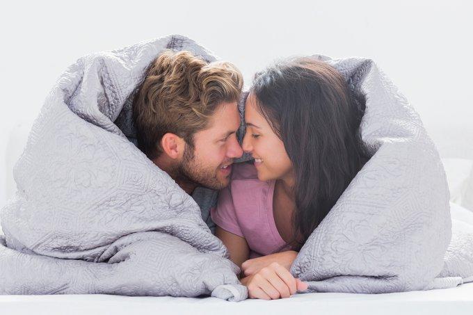 casal-apaixonado-debaixo-dos-lencois