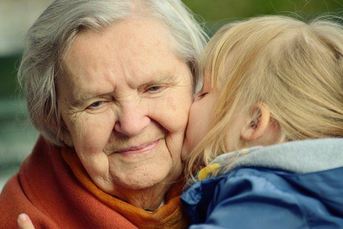 netinha dando beijo na avó