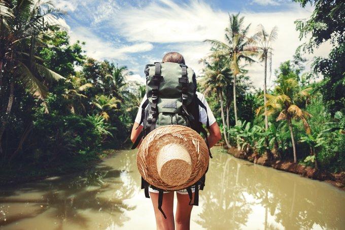 mulher-com-mochilao-sozinha-em-lago