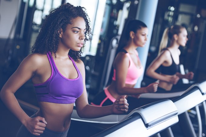 mulheres-correndo-na-esteira-na-academia-de-ginastica