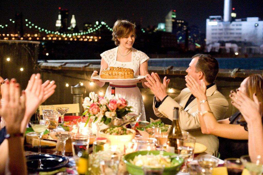 Amy Adams como Julie toda feliz depois de cumprir sua meta