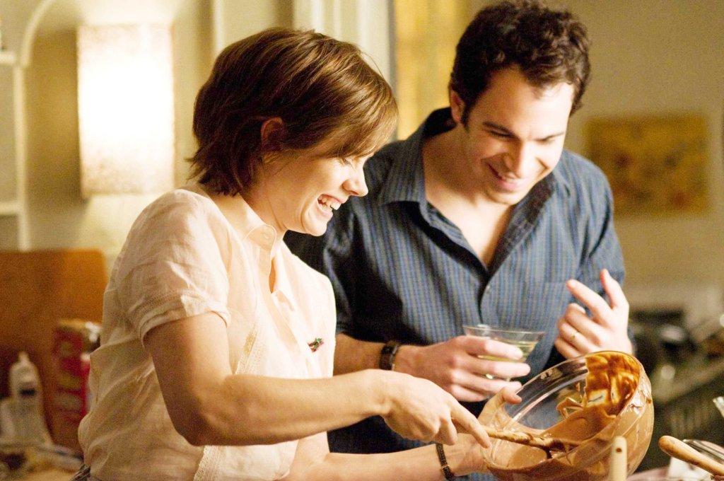 Julie e o marido experimentando uma das delícias de Julia Child