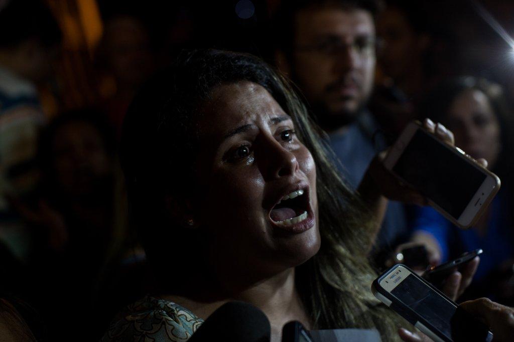 """Gilmara, a mulher de um PM que integra a comissão de manifestantes, saiu da reunião com o Governo aos prantos: """"Ele é um tirano. Sofremos tortura psicológica o tempo todo""""."""