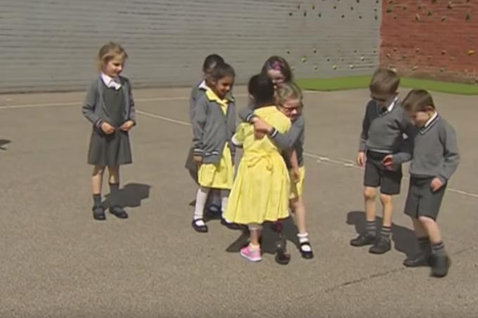 protese-garota-escola