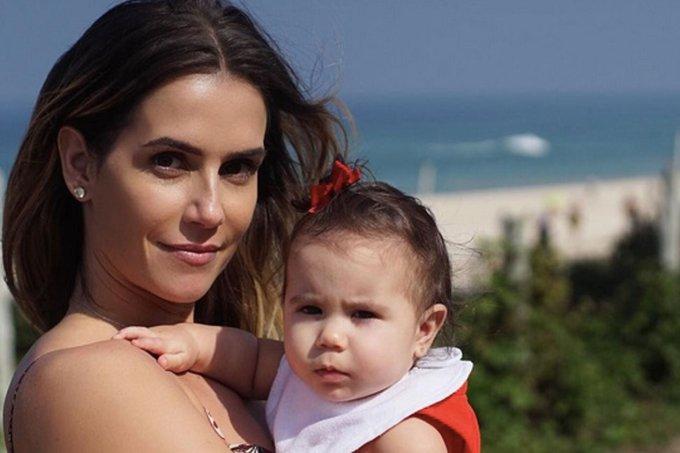 Deborah Secco e a pequena Maria Flor