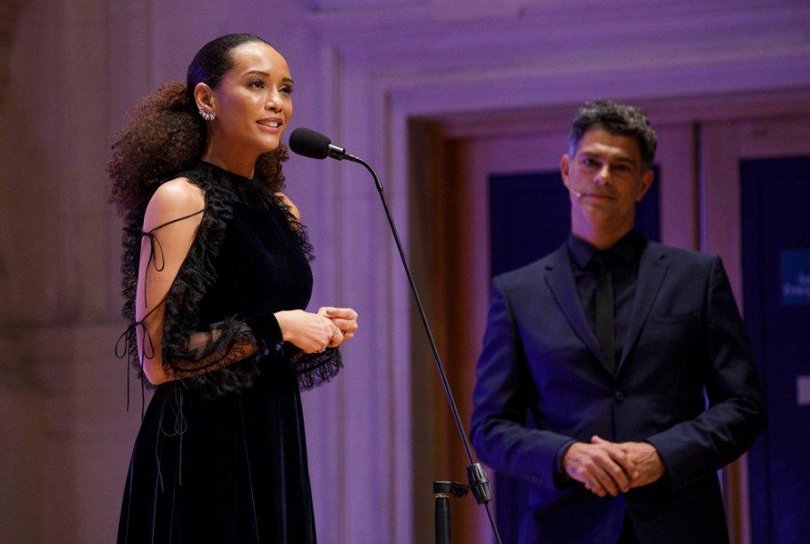 A atriz Taís Araújo introduz a categoria Eles por Elas