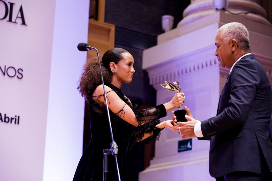 Avanildo da Silva recebe das mãos de Taís Araújo o prêmio Eles por Elas