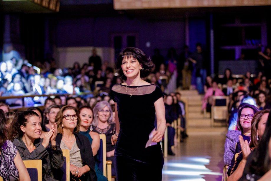 Elisabete Dal Pino caminha para receber seu prêmio na categoria Ciências
