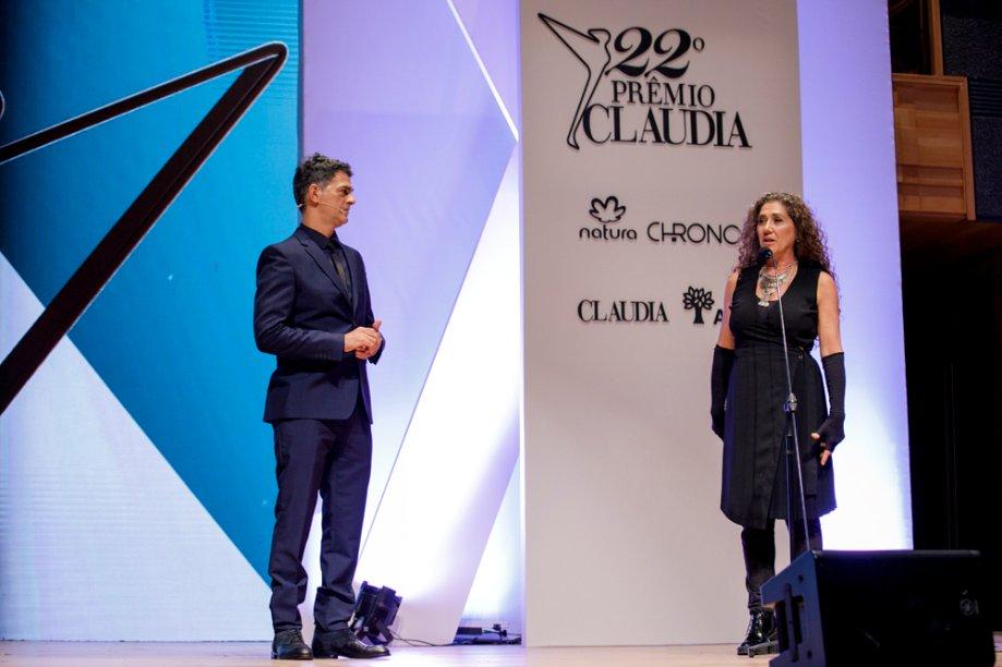A cineasta Anna Muylaert, vencedora de Cultura no ano passado, anuncia a vencedora da categoria neste ano