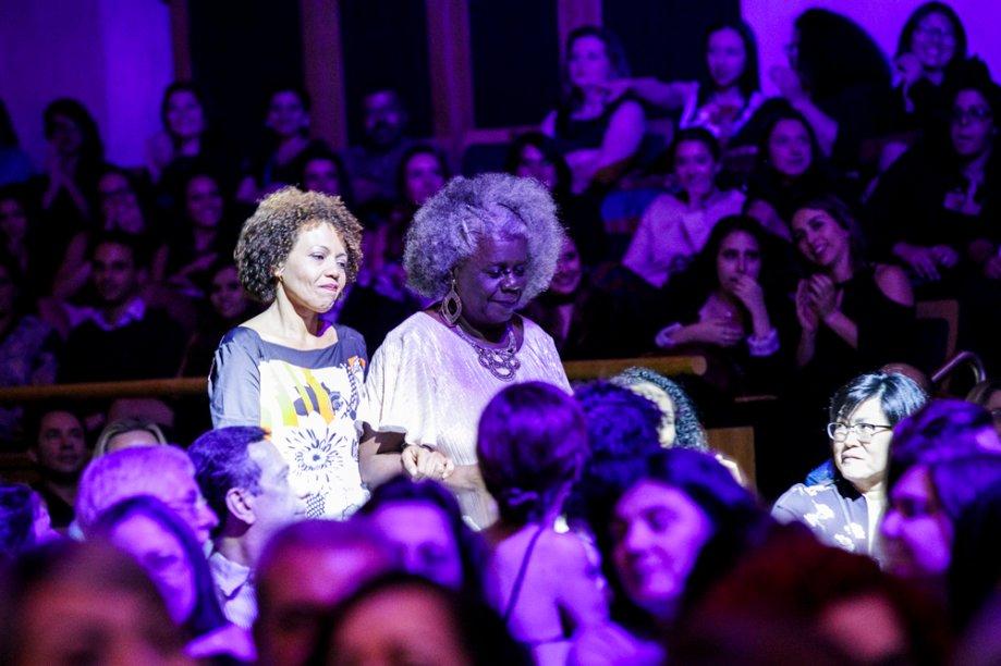 A escritora Conceição Evaristo caminha para receber o prêmio de Cultura