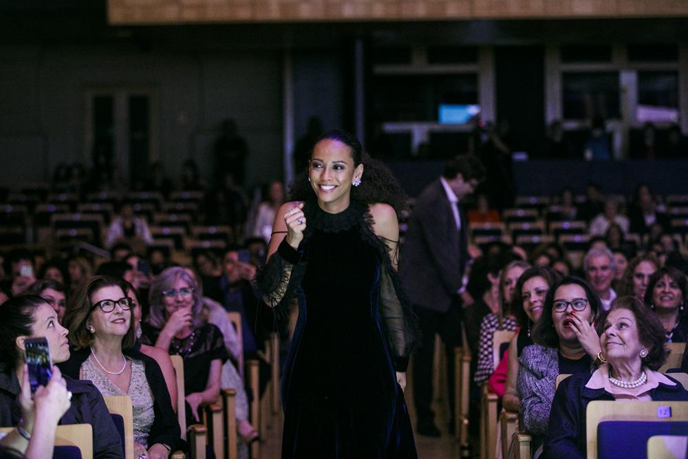 A atriz Taís Araújo é surpreendida com a homenagem hors-concours