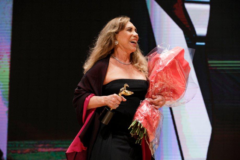 A atriz Arlete Salles aparece de surpresa para homenagear a amiga Taís Araújo