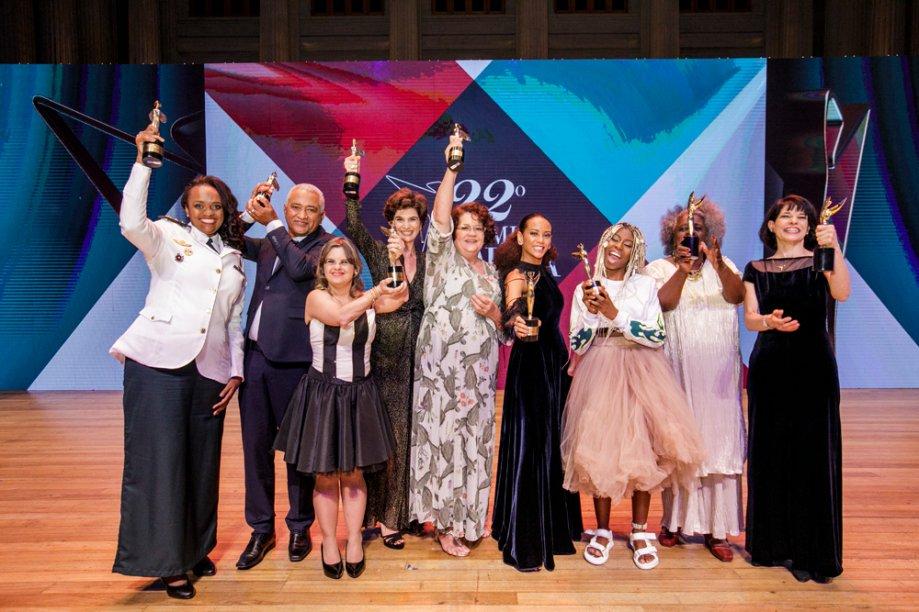 Os vencedores do 22º Prêmio CLAUDIA: Denice Santiago, Avanildo da Silva, Fernanda Honorato, Fernanda Feitosa, Eufrasia Agizzio, Taís Araújo, MC Soffia, Conceição Evaristo e Elisabete Dal Pino