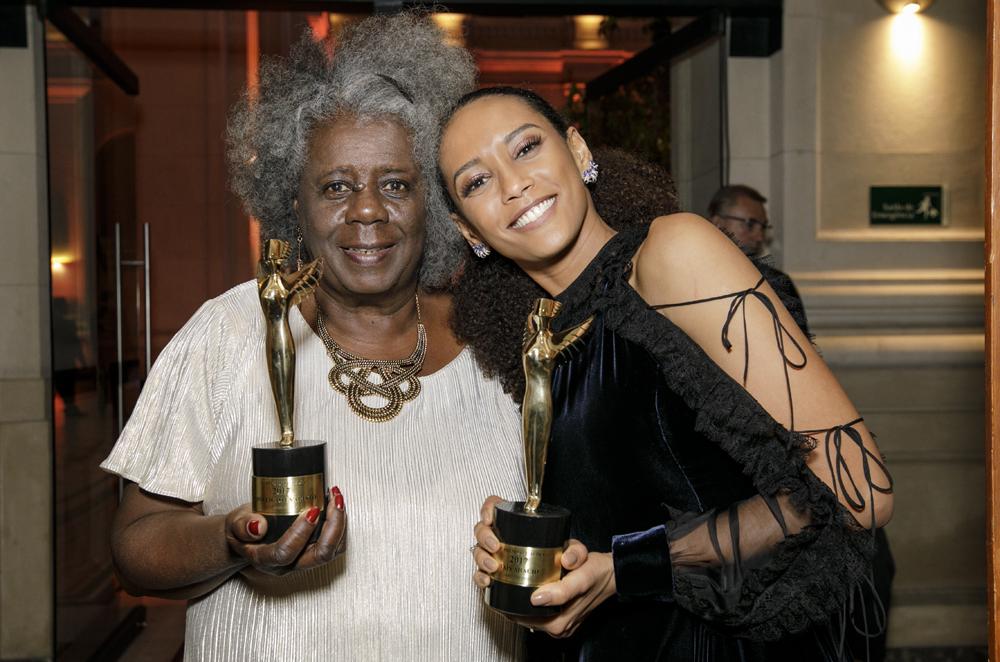 Conceição Evaristo, vencedora de Cultura, ao lado da homenageada hors-concours Taís Araújo