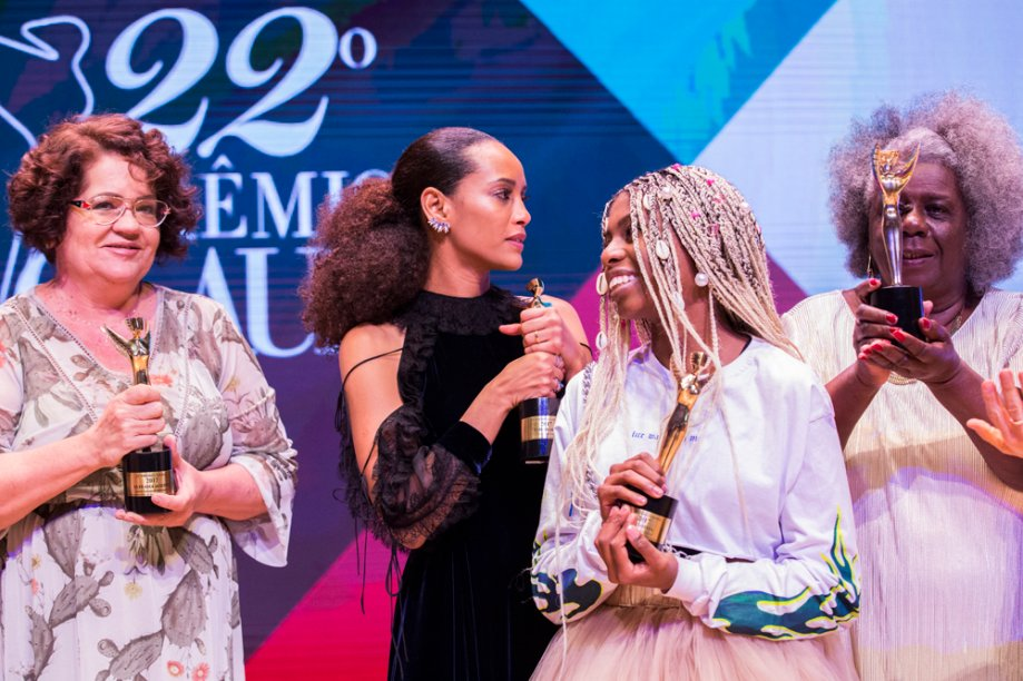Eufrasia Agizzio, MC Soffia, Taís Araújo e Conceição Evaristo com seus troféus