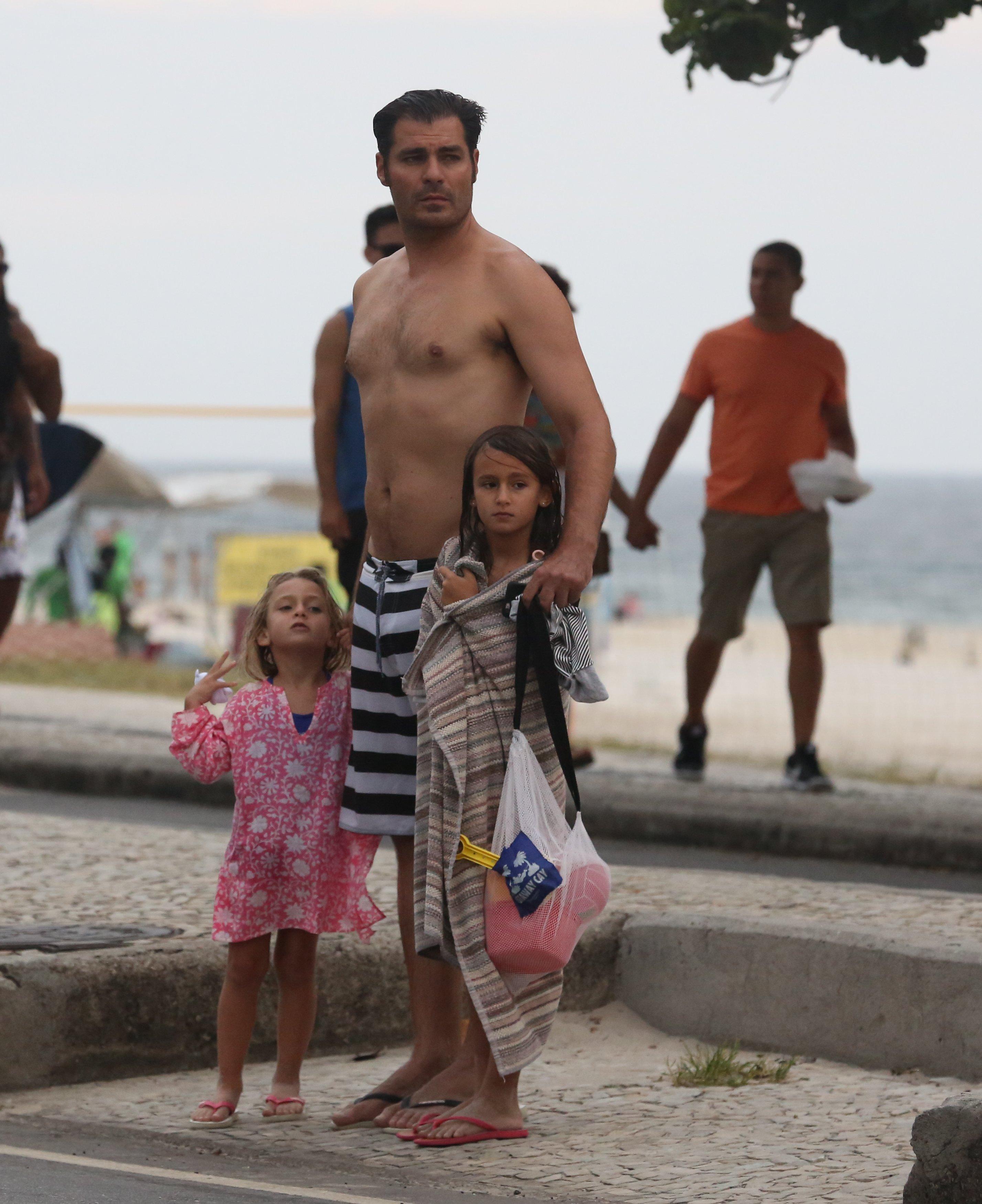 Em Rara Aparicao Filhas De Thiago Lacerda Vao A Praia Com O Pai Claudia