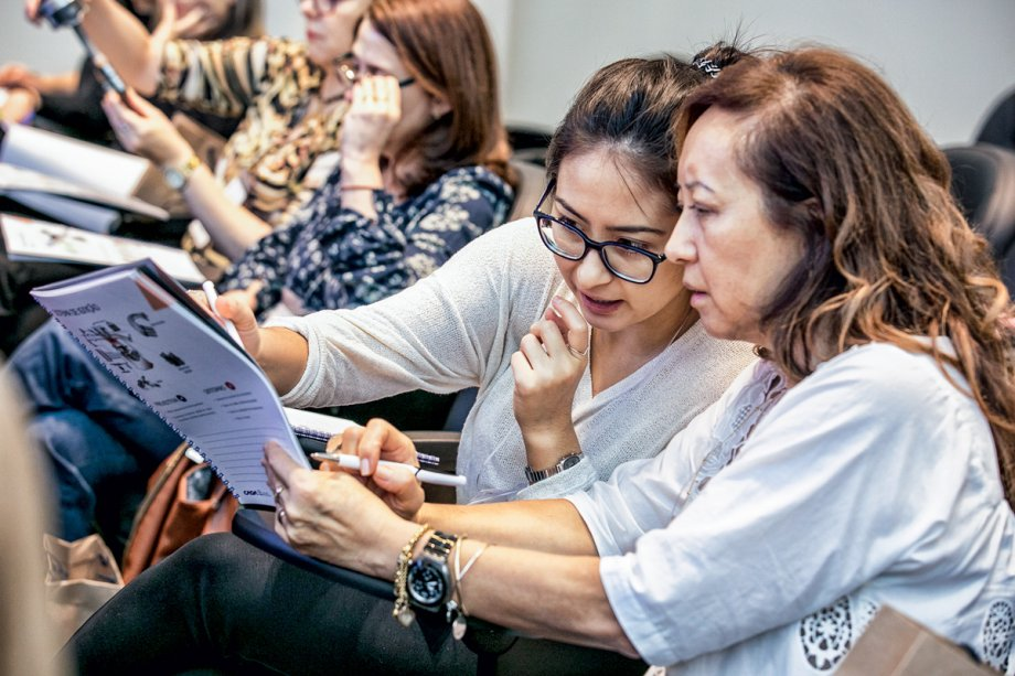 A empresária Regina (à dir.) e sua filha Giovana avaliam juntas o conteúdo do projeto