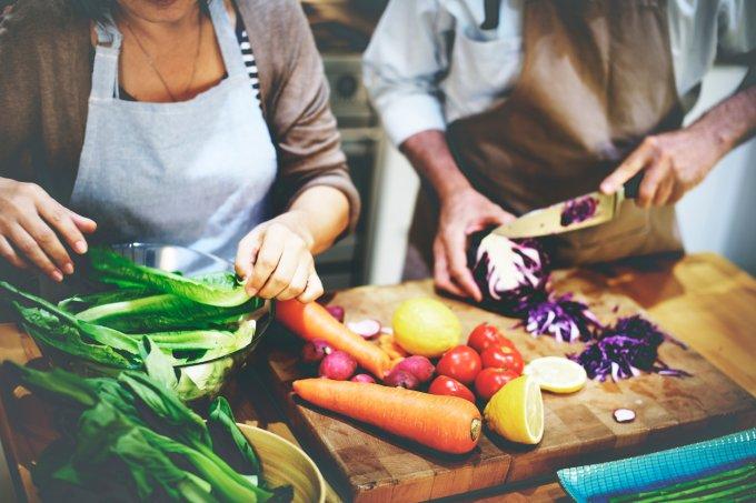 Casal prepara comida saudável