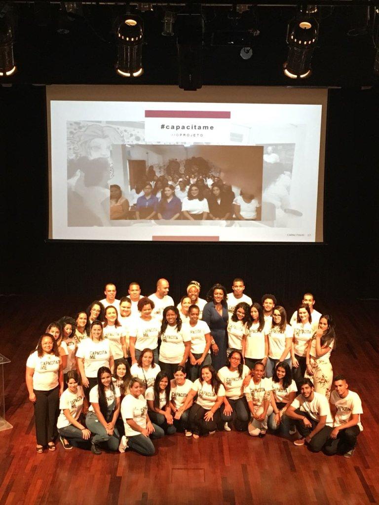 Rachel Maia, idealizadora do CAPACITA-ME!, e os alunos do projeto