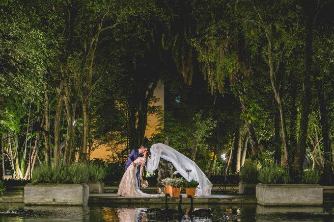 Festa de casamento com decoração clássica e romântica