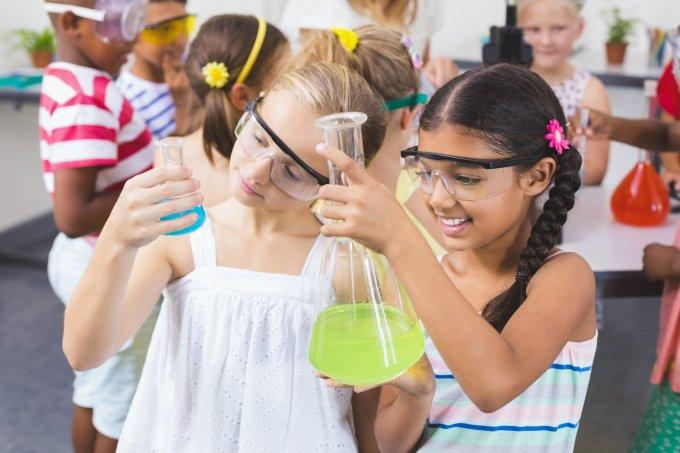 meninas fazendo experimentos