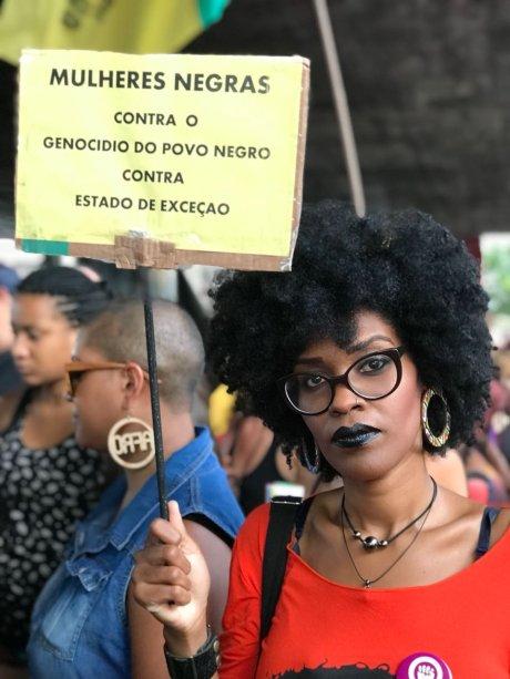 """Gabriela Francisco de Oliveira, 32 anos. """"Eu vim protestar contra o estado de exceção que vem massacrando os povos negros, indígena e camponeses. Estamos caminhando para uma ditadura militar. Eles mostram que não estão se sentindo reprimidos – a ponto de matar uma figura pública""""."""