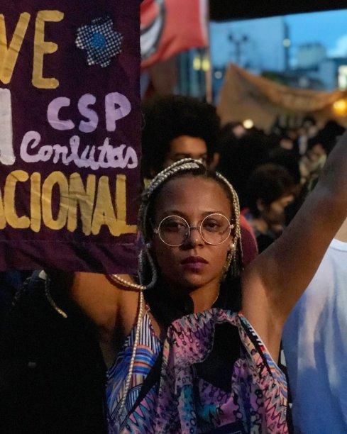 """Ana Ferreira, 24 anos: """"Estou lutando a favor da vida das mulheres pretas que são as que mais sofrem na sociedade. A sociedade quer nos derrubar, nos escalar, nos deixar no chão. Mas não vamos permitir. A luta continua. Esse ato é pela Marielle e pelas pretas que morrem todos os dias"""""""