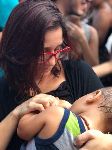 """Juliana Donato, 36 anos, veio com o filho Ian. """"Tentaram calar a voz da Marielle e estamos aqui para falar por ela. Para nós manifestar contra o genocídio da população negra, contra a intervenção no Rio de Janeiro. Pra que não ocorram outros casos como o de Marielle"""""""