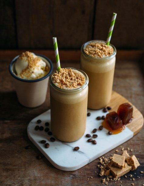 """<p style=""""text-align:justify;""""><b>Paçocafé</b></p><p style=""""text-align:justify;"""">Que tal uma sobremesa com gostinho de infância e um toque de café? Essa preparação gelada com paçoca e sorvete vai refrescar a criança que existe dentro de você!</p><p style=""""text-align:justify;"""">Ingredientes:</p><p style=""""text-align:justify;"""">2 unidades de paçoca – cerca de 40 g</p><p style=""""text-align:justify;"""">2 bolas de sorvete de creme</p><p style=""""text-align:justify;"""">80 ml de espresso ou 120 ml de café coado</p><p style=""""text-align:justify;"""">Gelo de café (Faça o café de sua preferência. Deposite nas forminhas de gelo e leve ao congelador.)</p><p style=""""text-align:justify;"""">Modo de preparo:</p><p style=""""text-align:justify;"""">Esfrie o copo, colocando um pouco de água gelada no recipiente ou deixando-o na geladeira enquanto prepara a bebida. Coloque todos os ingredientes no liquidificador e bata. Depois, sirva no copo previamente gelado.</p>"""