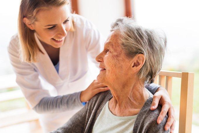 médico e idosa