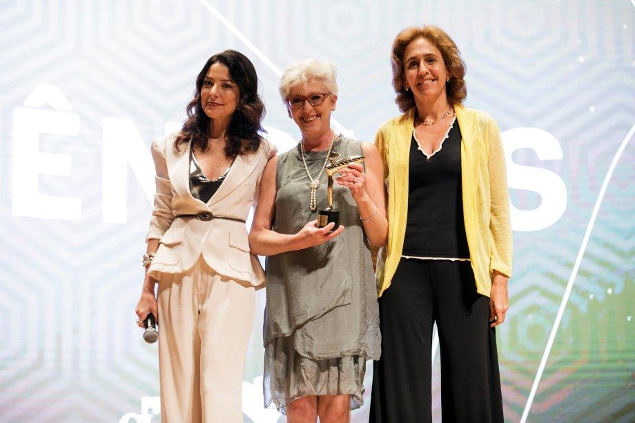 Margareth Capurro foi a vencedora na categoria Ciências. Ela recebeu o troféu das mãos da geneticista Lygia Pereira Veiga.