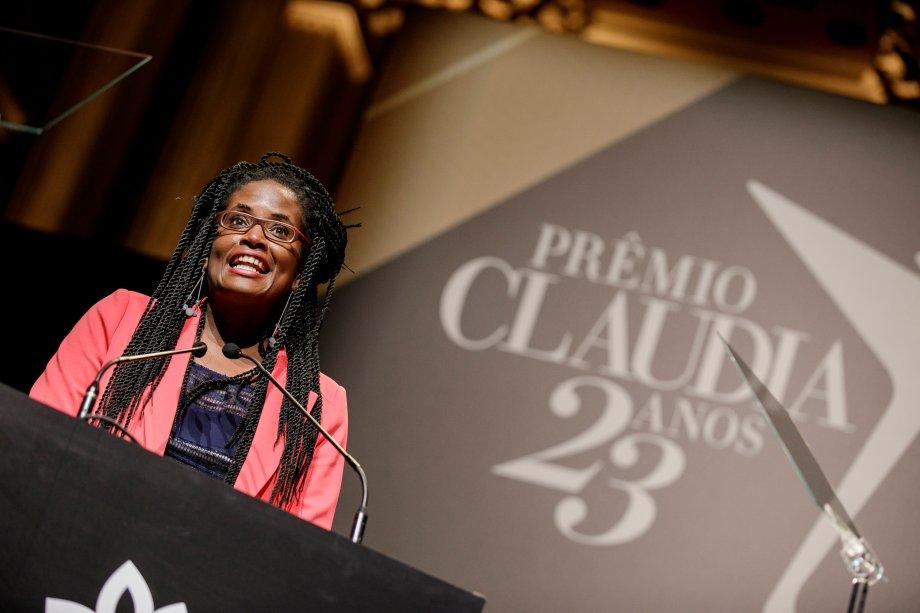 A filósofa Djamila Ribeiro, jurada do Prêmio CLAUDIA, foi responsável por entregar o troféu da categoria Políticas Públicas