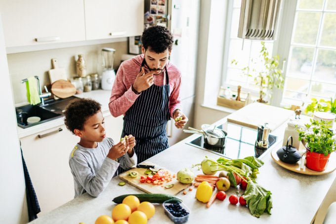 pai e filho cozinhando
