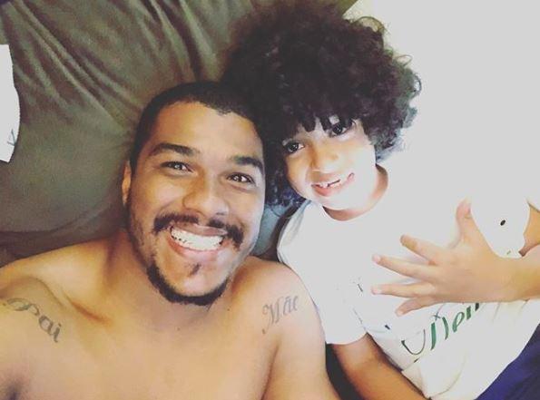 Lucca com o pai, o goleiro Elissom