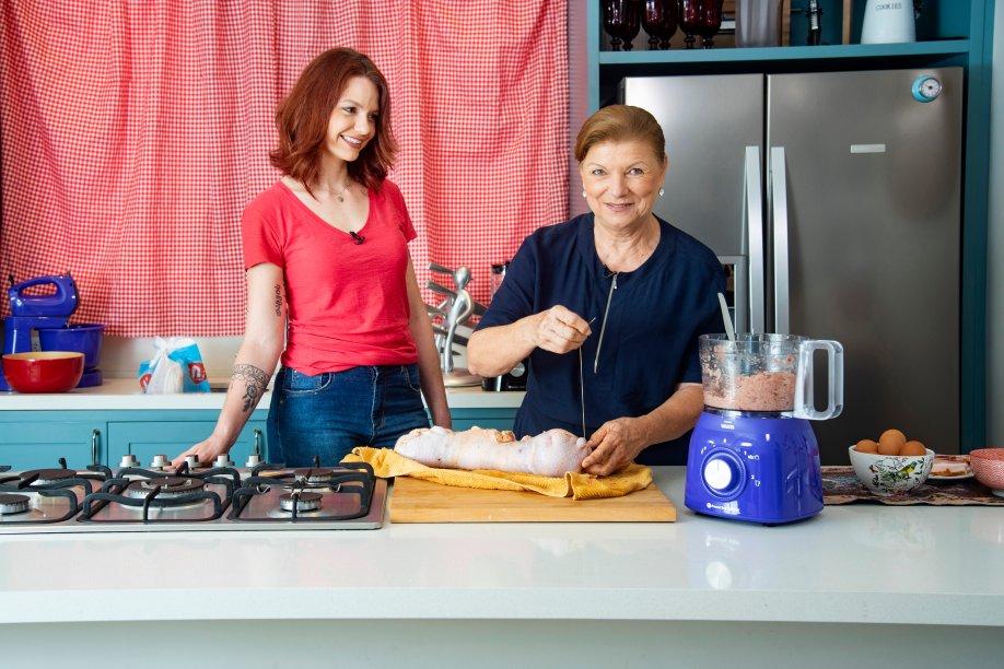<span>Romilda Nobeschi costurando o frango para, depois, cobri-lo com fatias de bacon ao gosto</span>