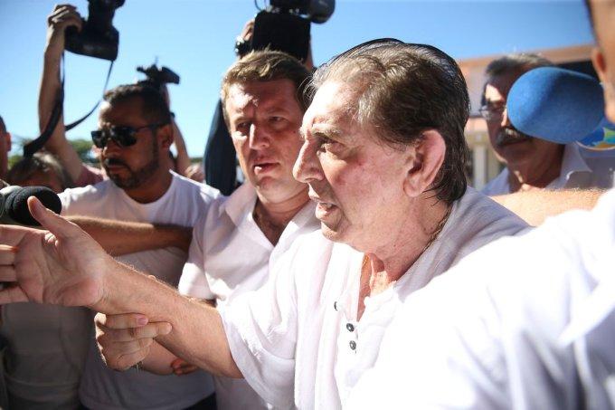 O médium João de Deus chega à Casa Dom Inpacio Loyola, em Abadiânia.