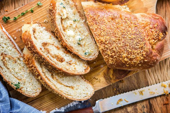 pão de torresmo com manteiga de tomilho