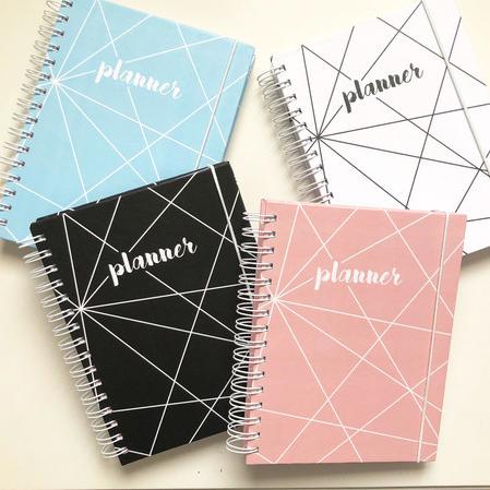 """Planner Anual - Geométrico, disponível em 4 cores, por R$ 139,90, no <a href=""""http://www.amorecadernos.com.br/pd-60350a-planner-anual-geometrico.html?ct=1b21a9&p=1&s=1"""">site</a>"""
