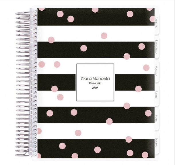 "Planner 2019 - Black & White Fashion, personalizável, por R$ 310, no <a href=""https://www.volarepaper.com.br/planner-2019/635-planner-2019-black-white-fashion.html?gclid=Cj0KCQiA1sriBRD-ARIsABYdwwE1oUDxrEC4-6Hf8dm40yHypUJG2NuAg33ry7rFgVQRbZGQNQdx0-4aAnLfEALw_wcB"">site</a>"