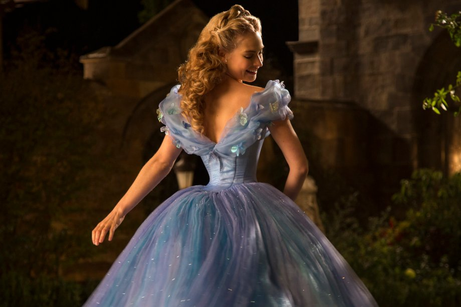 <strong>Cinderela:</strong>A órfã Ella precisa lidar com o péssimo tratamento que recebe da madrasta e das meias-irmãs, até que um encontro inesperado faz tudo mudar em sua vida.