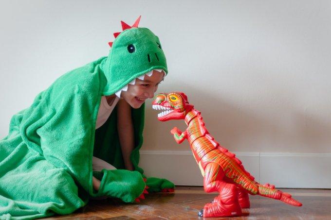 criança e dinossauro