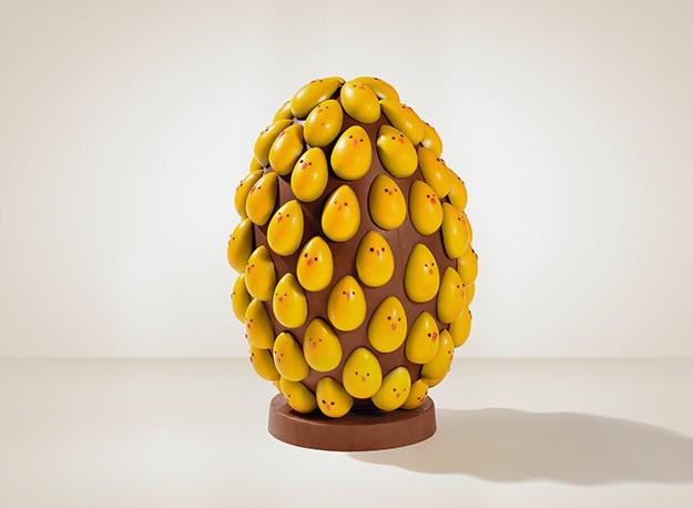 Chocolat du Jour - Ovo Yellow Super (1.250g): Um super ovo em Chocolate Nougat com aplicações dos nossos pequenos Ovos Yellow em Chocolate Au Lait com camada de Chocolate Blanc. Preço: R$ 699,00.