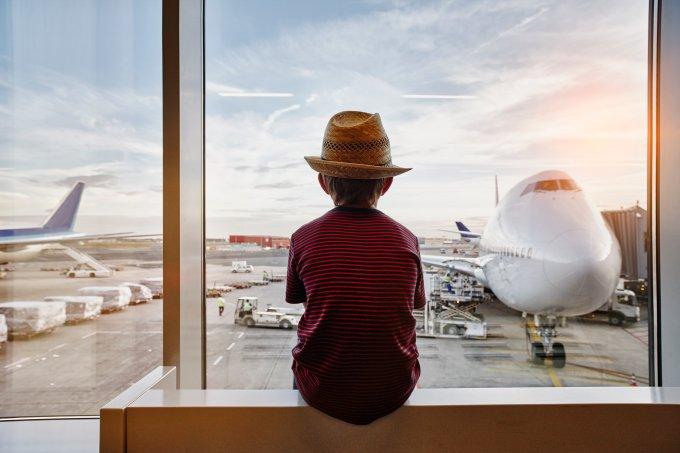 menino aeroporto