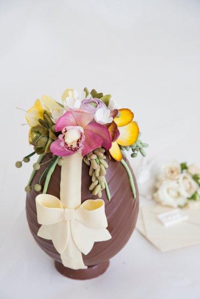 Pati Piva - Ovo Decorado Floral (2kg - Tam. GG): Ovo decorado, recheado com metade de brigadeiro e metade de crocante de avelãs. Preço: R$ 399,00.